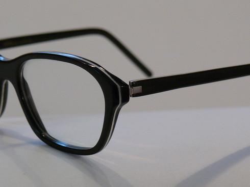 schmale-büffelhornbrille-in-schwarz-weiß-mit-federscharnier